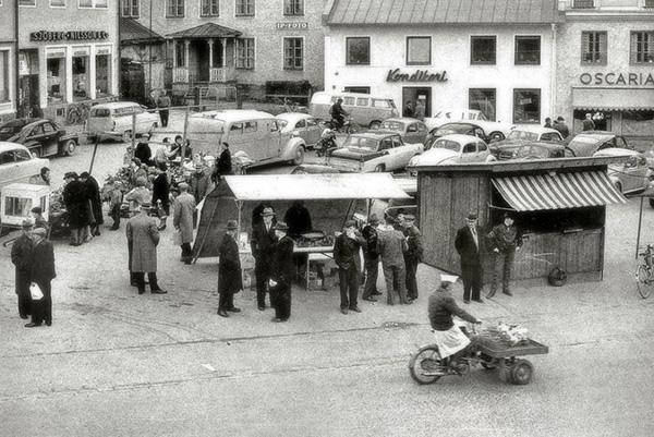 Gamleby torg i slutet av 1950-talet, där många av bilderna är tagna. För att få en översikt av torget klättrade Sven upp på taket av fiskaffären.