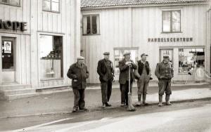 Gatsopare och hamnsjåare på Gamleby torg.