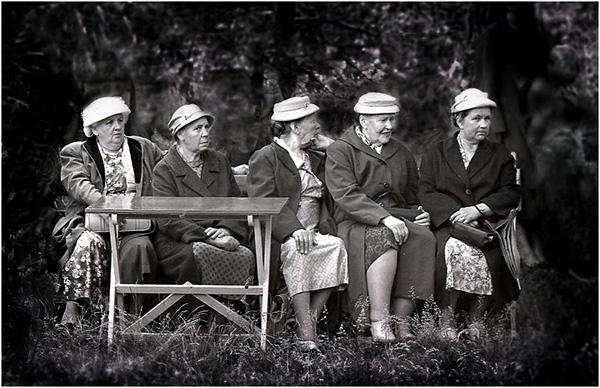 Äldre damer på ljugarebänken.