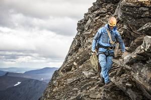 Johan Skullman, går med rep vid stup, 600px